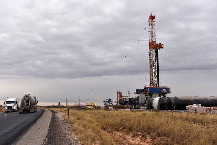 Una plataforma de perforación opera en el área de producción de petróleo y gas natural de la cuenca del Pérmico en el condado de Lea