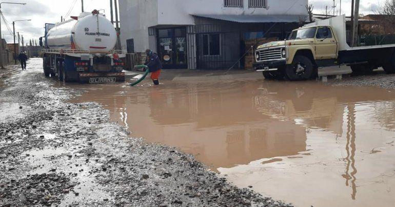 Con las lluvias son varias las calles que se inundan en Plottier.