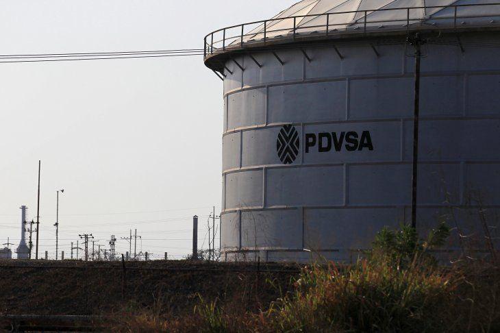IMAGEN DE ARCHIVO. El logo de la petrolera estatal venezolana PDVSA en un tanque de almacenamiento de crudo