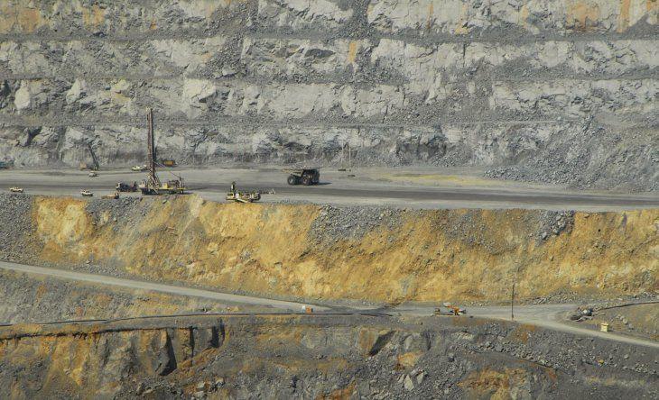 IMAGEN DE ARCHIVO. Vista del rajo abierto de la mina de oro y cobre Batu Hijau