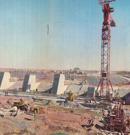 Imágenes de la construcción de la obra que desvió el río Neuquén