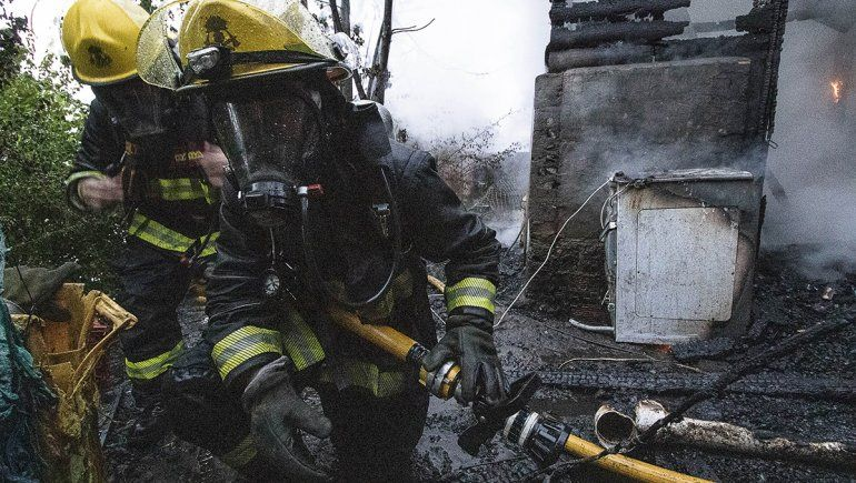 Los bomberos primera trabajaron en las casas lindantes y luego contuvieron el foco principal.