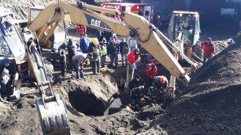 Cedió un terraplén y enterró a un operario: dramático rescate