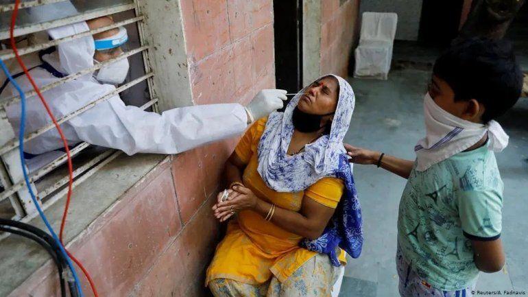India bate récord mundial de contagios en un día