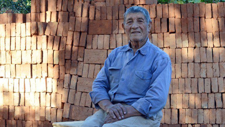 Artidoro Paredes, el ladrillero que sigue trabajando a los 83 años