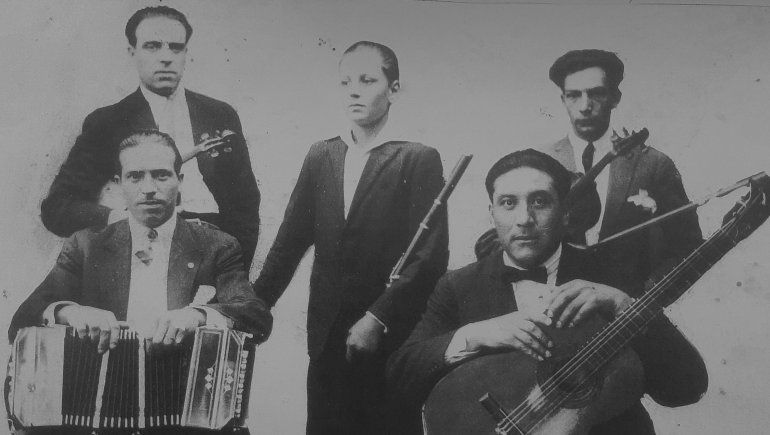 Humberto Ligalluppi (arriba a la izquierda) junto a integrantes de su orquesta.