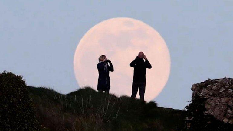 ¡A mirar para arriba! La superluna rosa se luce en el cielo neuquino