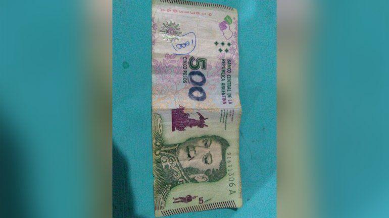 Creía que le habían pagado con 500 pesos pero era un billete de 5 pintado