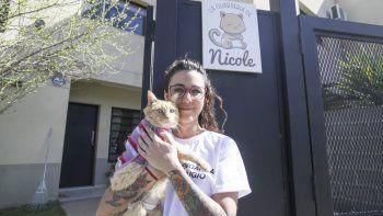 Agustina junto a Nicole, la gata rescatada que inspiró su emprendimiento.
