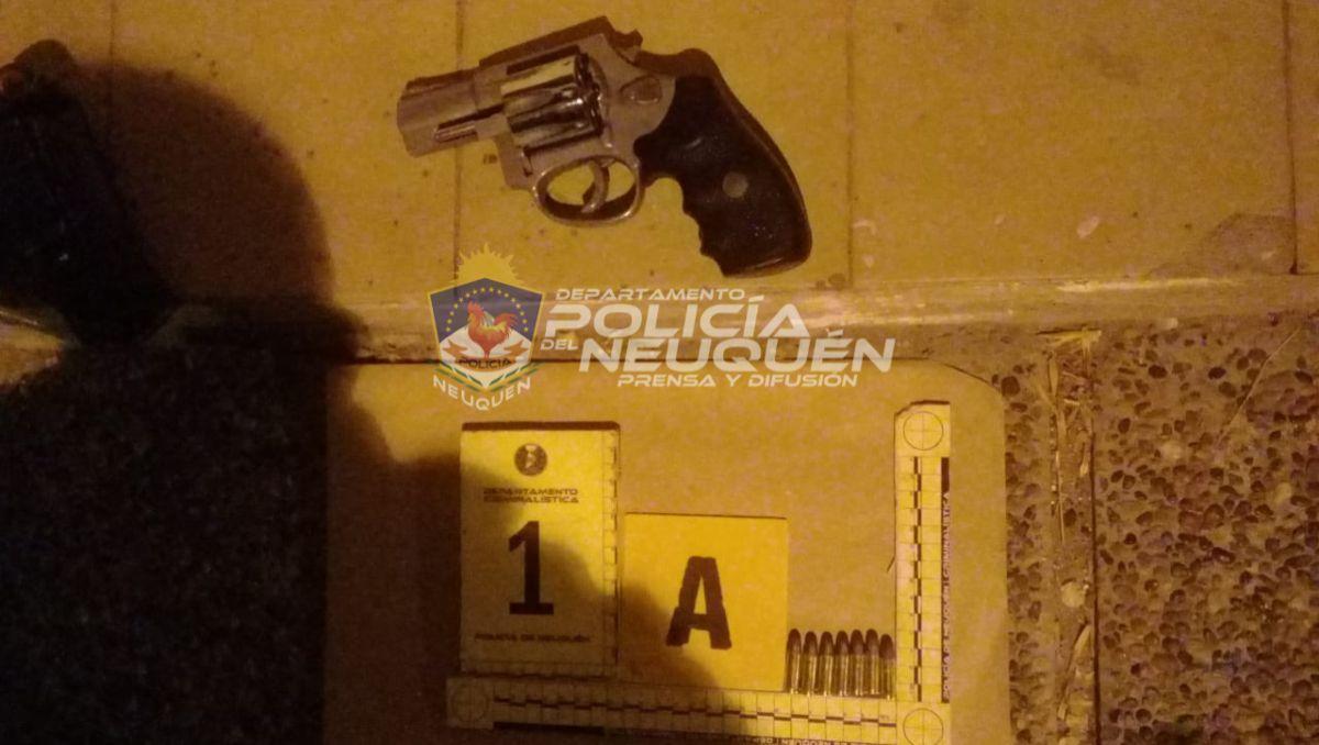 detuvieron a tres jovenes sospechosos con un arma de fuego