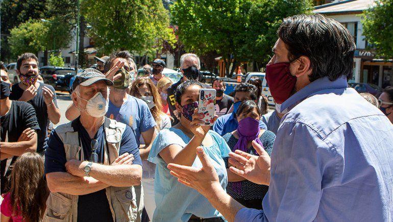 Carlos Saloniti le explica a los vecinos la medida