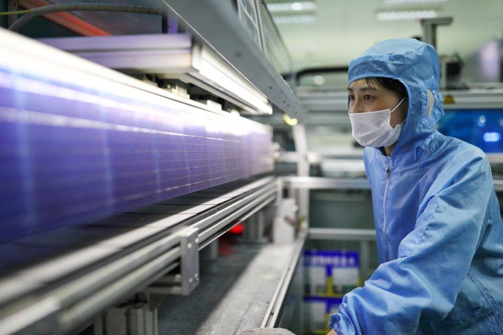 Imagen de archivo de una empleada trabajando en una planta de producción de paneles solares de Shenzhou New Energy Co Ltd en Lianyungang