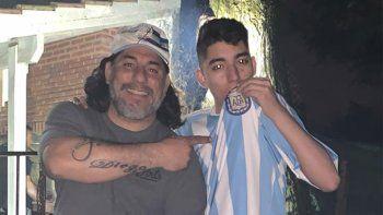 Diego Armando de Freitas Rodriguez junto a su papá Pablo, un fana de Maradona.
