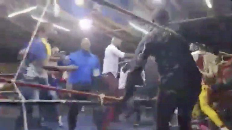 Invadió el ring para evitar paliza a su pupilo y armó feroz batalla campal