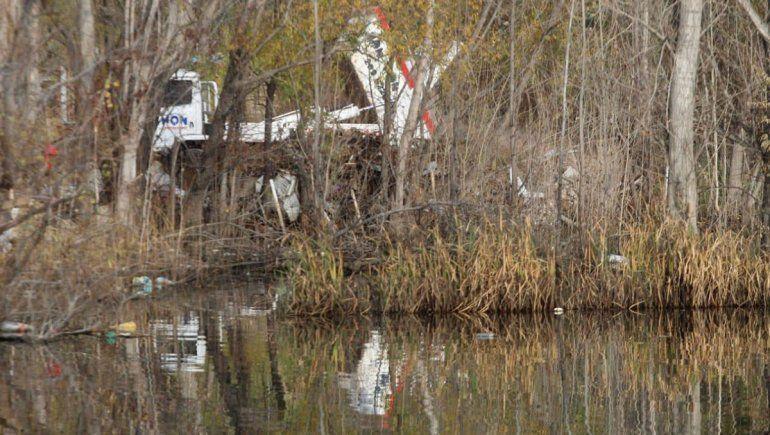 Multaron a una empresa por arrojar escombros a la laguna Paimún
