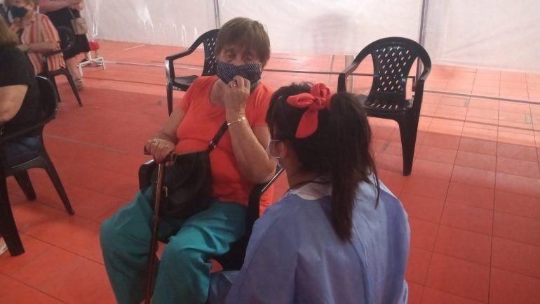 Sol Romero, la joven voluntaria de la campaña de vacunación, ayer en el Estadio Ruca donde le tocó vacunar contra el coronavirus a su bisabuela Victoria Almendra de 85 años.