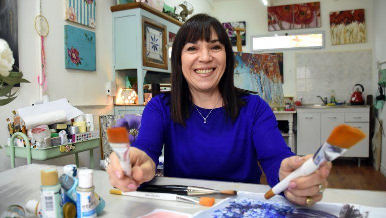 La pintura la salvó y remodeló su casa para abrir su taller en plena pandemia