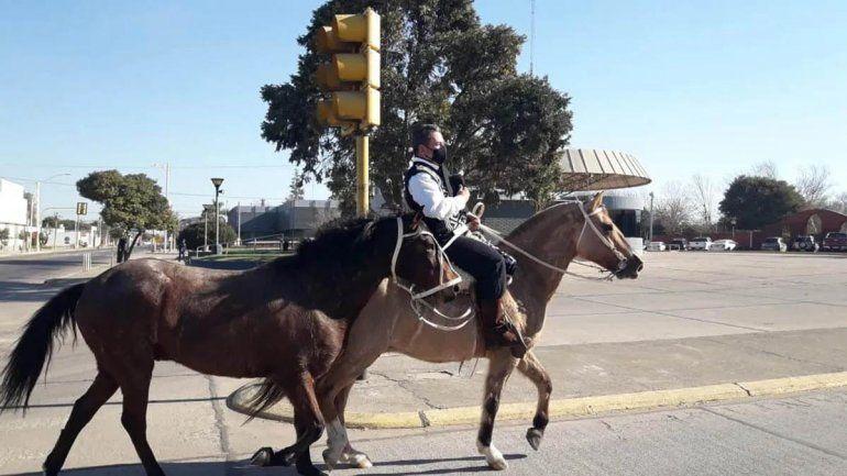 Es policía y fue a buscar su título de abogado a caballo