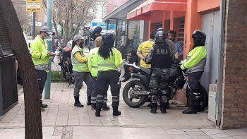 Video: manejaba a contramano y agredió a inspectores de tránsito