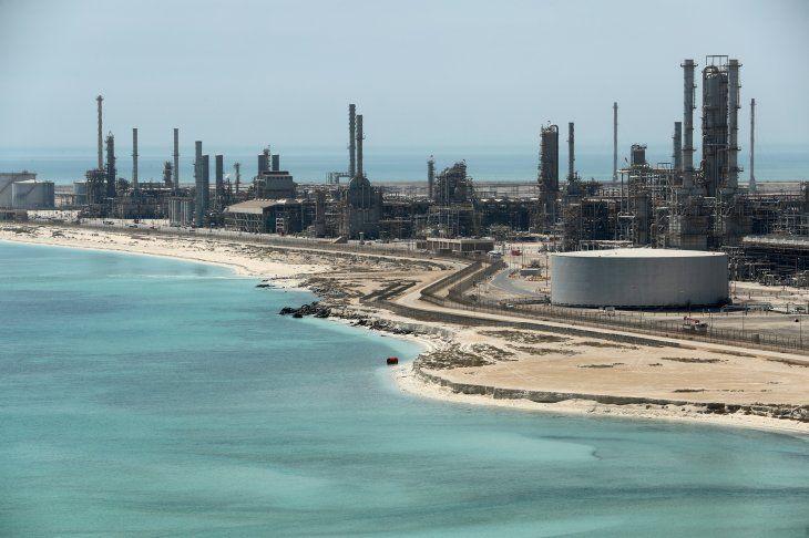 FOTO DE ARCHIVO: Vista general de la refinería de petróleo y la terminal petrolera de Ras Tanura de Saudi Aramco