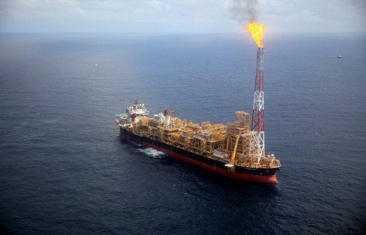 FOTO DE ARCHIVO. La plataforma petrolera flotante Kaombo Norte se ve desde un helicóptero