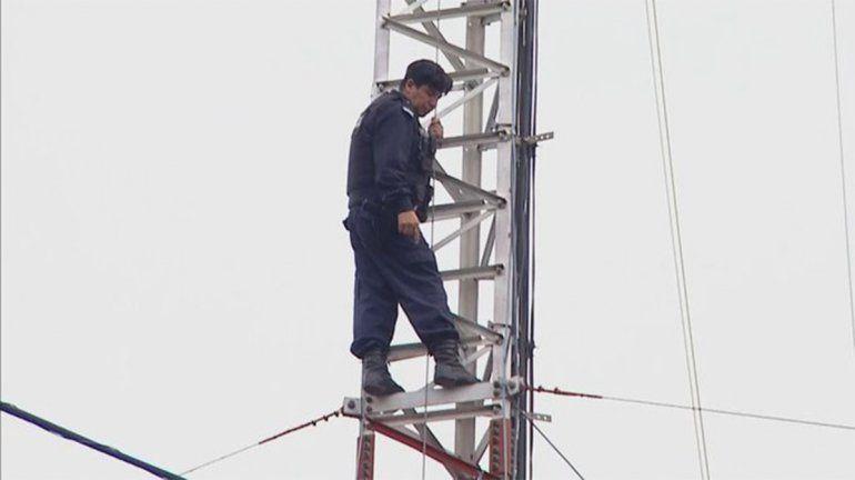 Policía se trepó a una antena y amenazó con arrojarse
