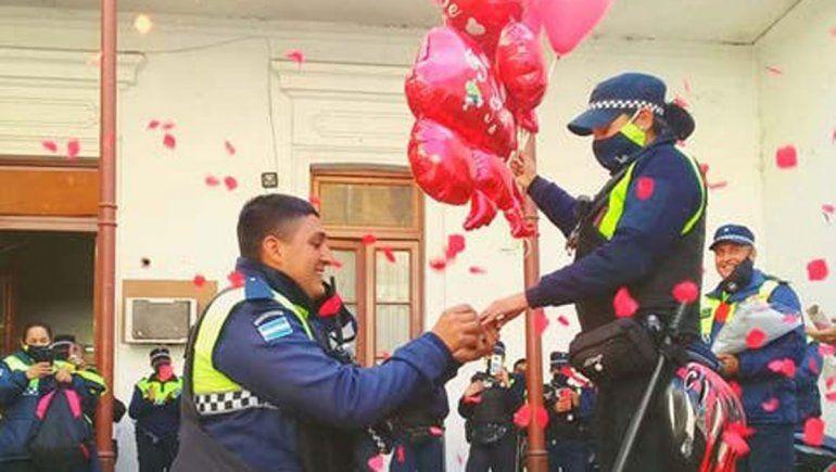 Pide casamiento a la novia policía en una comisaría