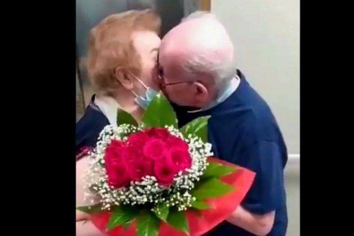 El emotivo reencuentro de una pareja de abuelos tras nueve meses separados por el COVID
