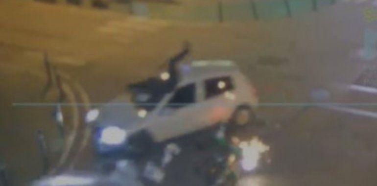 Video: persiguió a un infractor, chocó y se quebró las piernas