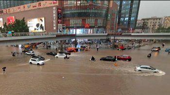 inundaciones en china: 12 muertos en el tren de zhengzhou y miles de evacuados en henan