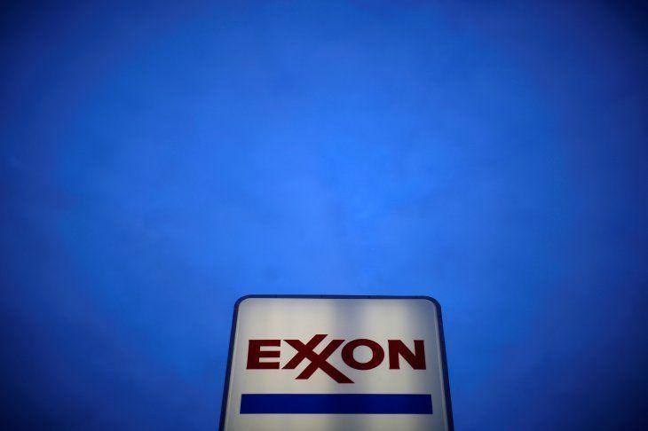 Imagen de archivo de un letrero con el logo de Exxon en una estación de gasolina en el suburbio de Norridge