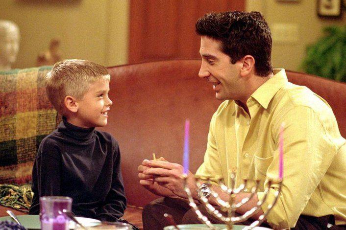 Cole Sprouse era el pequeño Ben en la serie Friends.