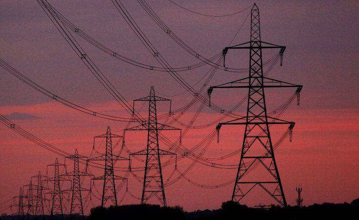FOTO DE ARCHIVO: El sol se levanta detrás de los postes de electricidad cerca de Chester