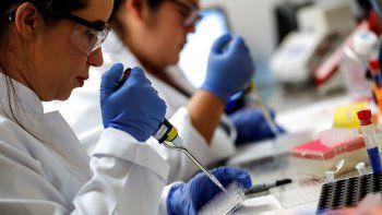 la vacuna de oxford y astrazeneca demostro una eficacia del 90%