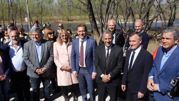 El gobernador y el intendente compartieron el acto central del 113° aniversario de la capital provincial. Se desarrolló junto al Limay, en el sector este del flamante paseo costero.