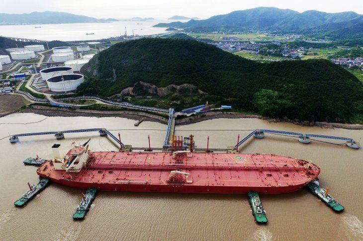Imagen de archivo de un buque en la terminal petrolera en el puerto Ningbo Zhoushan