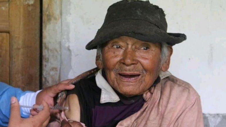Tiene 121 años y lo vacunaron contra el COVID