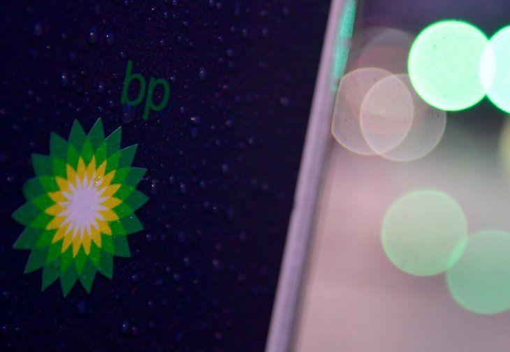 FOTO DE ARCHIVO: El logotipo del grupo British Petroleum (BP) en un punto de carga para vehículos eléctricos en Londres