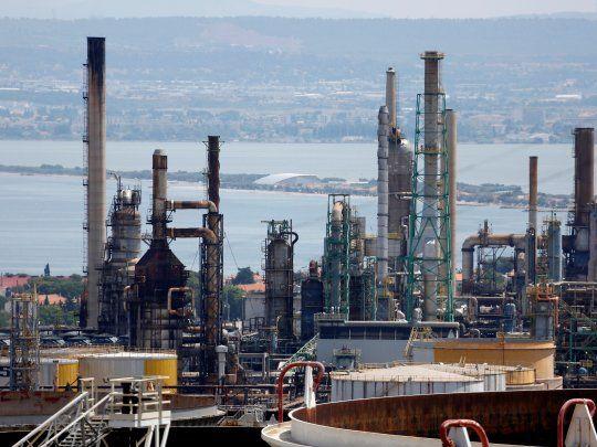 Vista general de la refinería de petróleo de Total en La Mede, cerca de Marsella, en el sur de Francia. La demanda recibe un nuevo embate del coronavirus. REUTERS/Philippe Laurenson