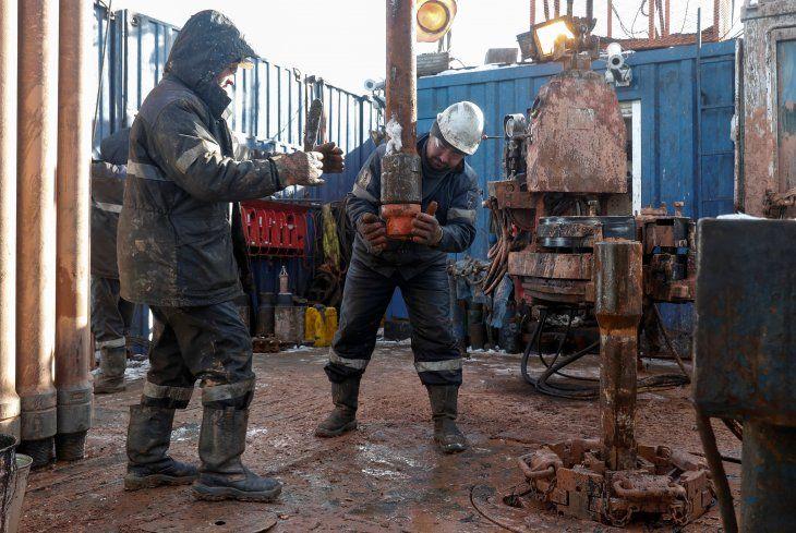 Imagen de archivo de un equipo de perforación trabajando en una plataforma en el campo petrolero Yarakta de la compañía Irkutsk Oil Company (INK) en la región de Irkutsk