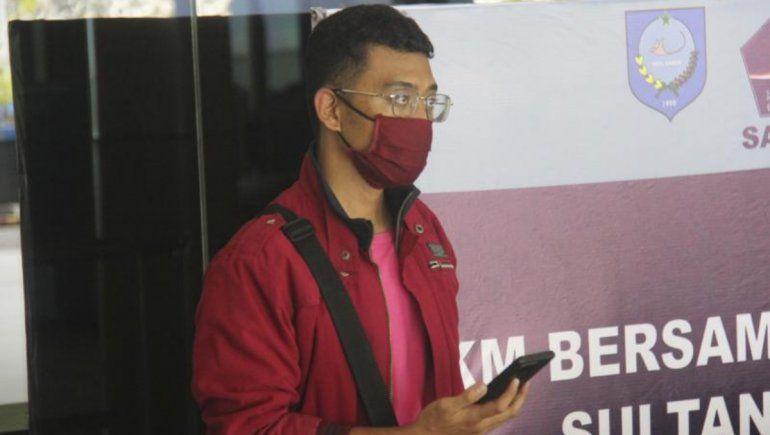 El hombre viral de Indonesia utilizó un nicab que cubría su rostro y la identificación de su esposa. Foto: AP.