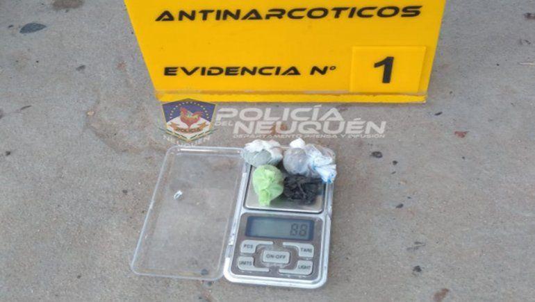 La Policía de Neuquén detuvo a dos personas el último domingos por posesión de drogas.
