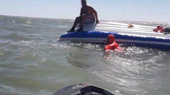 video: rescatan a tres pescadores que se estaban ahogando