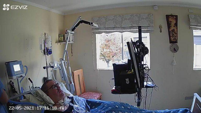 Juan Pablo frente a la computadora. La imagen es de una cámara que tiene en la habitación.