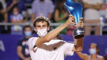 Talento precoz. Juan Manuel Cerúndolo levanta el trofeo.