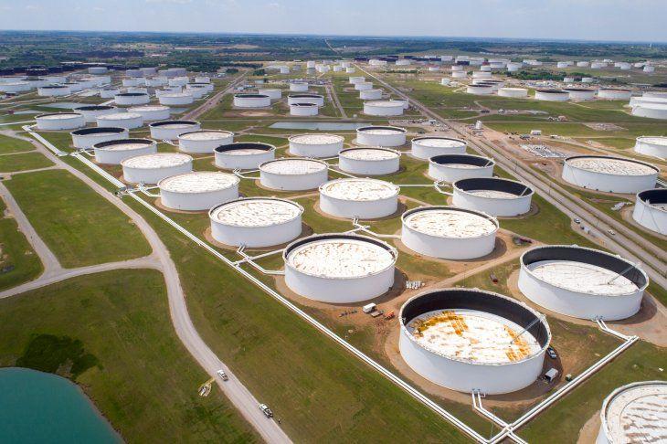 La OPEP espera una baja en la cantidad de petróleo almacenado luego del primer trimestre del 2021. Imagen de archivo de tanques de almacenamiento de crudo en el centro de Cushing