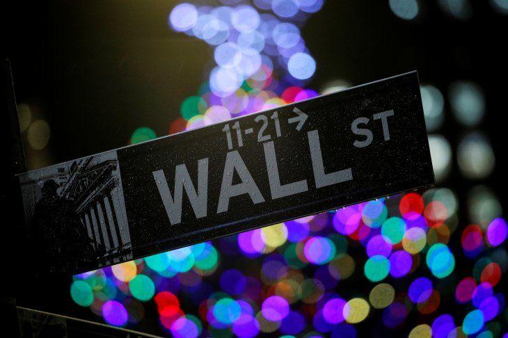 Imagen del letrero de la calle Wall St. afuera de la Bolsa de Valores de Nueva York (NYSE