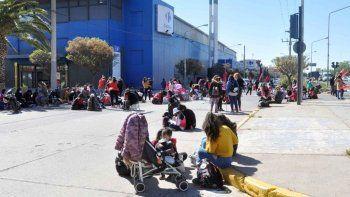 Caos de tránsito por el acampe de organizaciones en Avenida Argentina