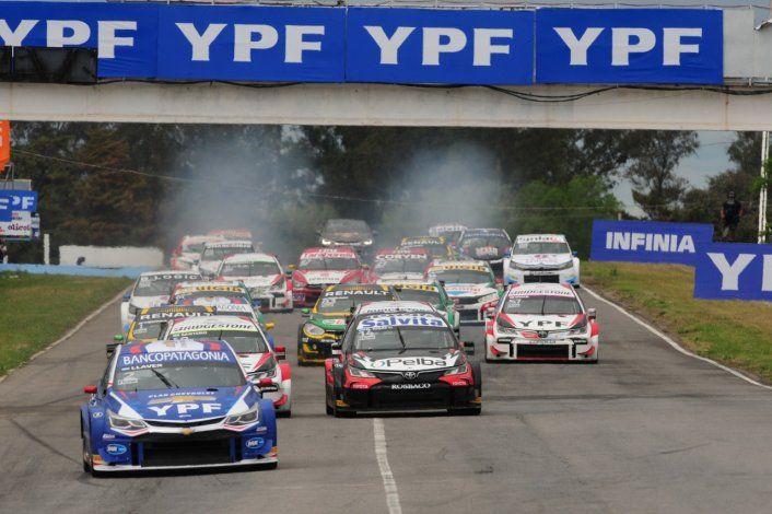 Franco Vivian partía segundo con el Toyota en la final del Súper TC2000. Pero en la largada se quedó parado y fue a parar al fondo del pelotón.