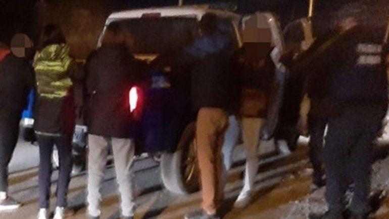 Cayó la Policía a una fiesta y tres jóvenes se fugaron por la barda